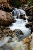 Obturador lento de conexão em cascata da cachoeira imagens de stock royalty free