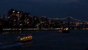 Obturador lento de East River, de 59th ponte da rua, de barco e de luzes da cidade Fotografia de Stock