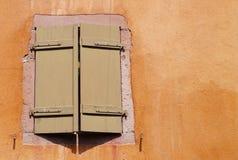 Obturador plegable de Brown de una casa anaranjada imágenes de archivo libres de regalías