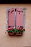 Obturador plegable rojo de una casa beige imagen de archivo