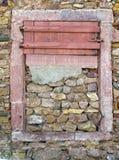 Obturador plegable rojo en pared de ladrillo vieja fotografía de archivo libre de regalías