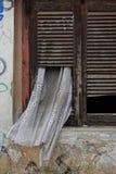 Obturador quebrado da janela da cortina imagens de stock royalty free