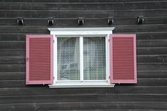 Obturador rojo de la ventana Fotos de archivo libres de regalías