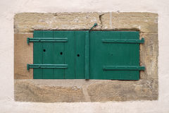 Obturador verde cerrado de la ventana en una ventana del sótano Imagen de archivo