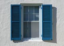 Obturadores azules de la ventana Fotos de archivo libres de regalías