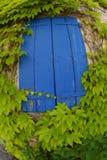 Obturadores azules de la ventana fotos de archivo