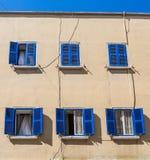 Obturadores azules debajo de los cielos azules Fotografía de archivo libre de regalías