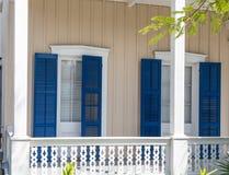 Obturadores azules en el mirador tropical Fotos de archivo