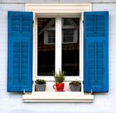 Obturadores azules y crisol rojo Fotos de archivo