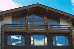 Obturadores da janela do chalé da montanha imagens de stock
