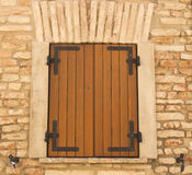 Obturadores da madeira da janela Fotos de Stock