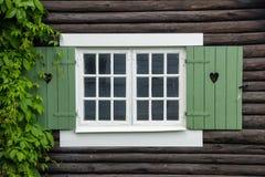 Obturadores de la ventana de la cabaña adornados con los corazones. Suecia imágenes de archivo libres de regalías