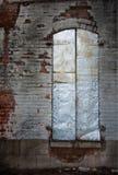 Obturadores de la ventana del metal plateado en pared de ladrillo resistida imágenes de archivo libres de regalías