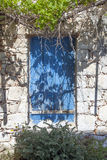 Obturadores de madeira na construção grega muito velha com as folhas frescas de Fotografia de Stock Royalty Free