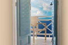 Obturadores de madeira tradicionais da calha da opinião do mar na ilha de Santorini, Oia, Grécia Balcão que negligencia de uma sa Fotos de Stock