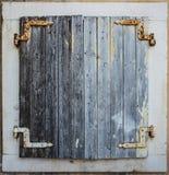 Obturadores de madeira velhos da janela Fotografia de Stock Royalty Free