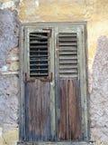 Obturadores de madera de la ventana en la casa histórica de Plaka, Atenas, Grecia Imagen de archivo libre de regalías