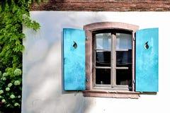 Obturadores de madera de la ventana de la turquesa foto de archivo