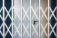Obturadores de rolamento fechados na loja Foto de Stock