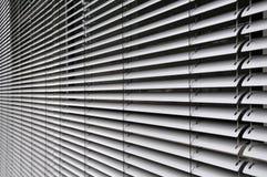 Obturadores del metal en la fachada de cristal imágenes de archivo libres de regalías