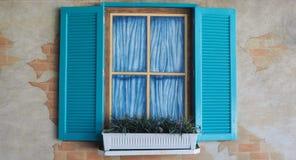 Obturadores e janelas azuis do falso Fotografia de Stock