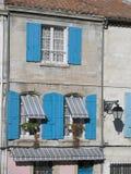 Obturadores e toldos azuis, Arles, França Fotografia de Stock Royalty Free