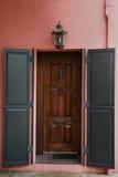 Obturadores en puerta principal marrón rica grande Imagen de archivo libre de regalías