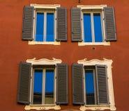 Obturadores italianos de la ventana en una vivienda del renaisance Imagen de archivo libre de regalías