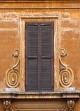 Obturadores marrons velhos da janela imagens de stock