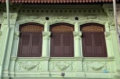 Obturadores ornamentado das janelas e teste padrão Singapura da parede Fotos de Stock