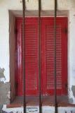 Obturadores rojos italianos en el estuco con las barras de metal Fotografía de archivo