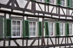 Obturadores verdes en la fachada del zarzo, Tubinga Fotografía de archivo libre de regalías