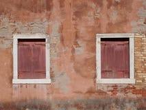 Obturadores vermelhos em uma parede vermelha Foto de Stock