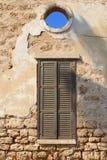 Obturadores viejos de la pared que abren el cielo azul de la visión, Neve Tzedek, Tel Aviv foto de archivo libre de regalías