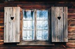 Obturadores viejos de la ventana en pared de madera Imágenes de archivo libres de regalías