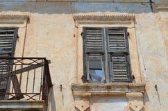 Obturadores viejos en la ventana, Assos, kefalonia, Grecia Fotos de archivo libres de regalías
