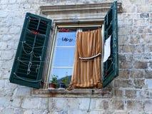 Obturadores viejos en ventanas en la ciudad vieja de Kotor, Montenegro Foto de archivo libre de regalías