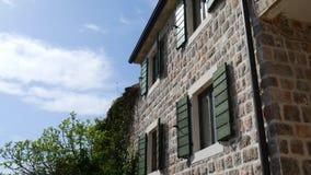 Obturateurs verts d'hublot La façade des maisons dans Monténégro clips vidéos