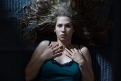 Obudzi kobiety ma koszmar zdjęcia stock