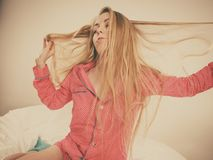 Obudzi kobiety rozciągania ciało po spać obraz stock