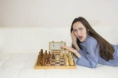 Oburzona kobieta bawić się szachy, dokąd partner fotografia stock