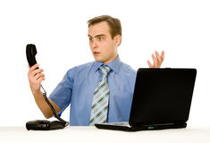 oburzony odosobniony laptopu mężczyzna whi działanie Zdjęcie Stock