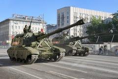 Obuses automotores del Koalitsiya-SV 152m m en la calle de Tverskaya Imagen de archivo libre de regalías