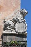 Obusieczna rozszczepiona statua lew na domowym kącie obrazy royalty free