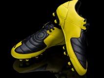 obuwia piłki nożnej kolor żółty fotografia stock