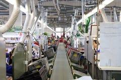 Obuwiana fabryka Żeński pracownik na szwalnej maszynie Zdjęcie Royalty Free