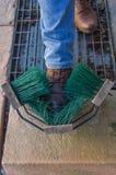 Obuwiany cleaning z pomocą dodatku specjalnego muśnięcia budowy Fotografia Stock