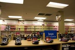 Dzieciaki bawją się obuwianego sklep Zdjęcie Stock