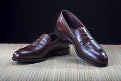 Obuwie pomysły i pojęcia Para Eleganccy Drodzy Nowożytni Łydkowi Rzemienni Brown centu próżniaków buty Zdjęcia Stock