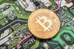 Obwód deska i Bitcoin moneta zdjęcia stock
